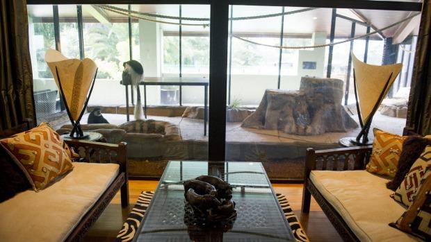 Jamala Wildlife Lodge: The living area which faces onto the monkey enclosure in the Ushaka Lodge.