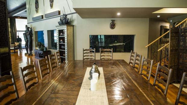 Jamala Wildlife Lodge: The dining area which faces onto the shark aquarium in Ushaka Lodge.
